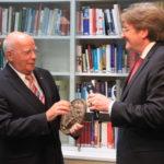 Burgmüller-Plakette: AGD-Präsident Bernhard von Kries überreicht Manfred Hill die Burgmüller-Plakette