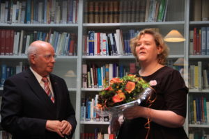 Burgmüller-Plakette: Manfred Hill erhält Blumen, die er sofort an seine liebe Ehefrau Franzis Hill mit Dank für viel Geduld übergibt.
