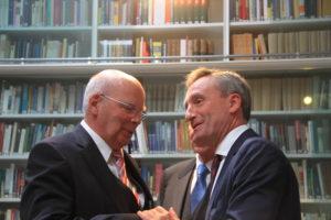 Burgmüller-Plakette: Oberbürgermeister Thomas Geisel gratuliert Manfred Hill zur Ehrung durch die AGD
