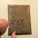 Burgmüller-Tafel: Die Erinnerungstafel des Düsseldorfer Künstlers Ulrich Grenzheuser mit dem Schriftzug: Häusliche Szene im Hause Burgmüller auf der Bastionstraße