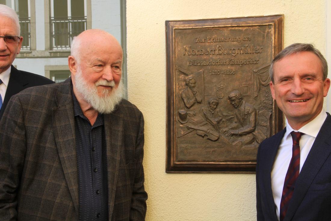 Der Künstler Ulrich Grenzheuser und Düsseldorfs OB Thomas Geisel nach der Enthüllung der von Herrn Grenzhäuser gestalteten Erinnerungstafel an Norbert Burgmüller