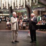 Manfred Hill begrüßt Reinhard Kaufmann, den langjährigen Korrepetitor des Musikvereins unter dem Beifall des Publikums.