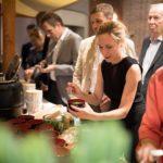 Die Sopranistin Heidi Elisabeth Meier und der Pianist Wolfgang Wiechert erfreuen sich am internationalen Essen.