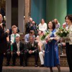 Manfred Hill dankt Rie Sakai und Marieddy Rossetto für den großen Einsatz für den Chor.