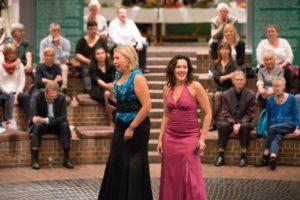"""""""Wir sind Frauen"""": Triin Maran und Diana Darnea mischen das Publikum mit ihrem wunderbaren Auftritt auf."""