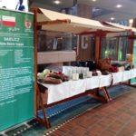 Von GCS liebevoll dekorierte Marktstände mit den internationalen Gerichten
