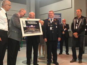 General Zorn, Generalinspekteur der Bundeswehr übergeben Manfred Hill das Gesamtbild des Musikfestes zusammen mit Generalmajor Weidhüner, Amtschef Streitkräfteamt.