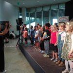 SingPause-Kinder der Konkordia-Schule mit Singleiterin Clementine Schwander.