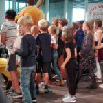 SingPause-Kinder der Konkordia-Schule mit Singleiterin Clementine Schwander und der Maus.