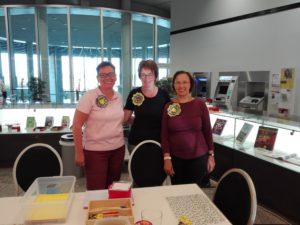 as engagierte Damenteam beim Weltkindertag in der Bürgerhalle des Landtages: Kristina Miltz, Teresia Petrik, Monika Egelhaaf