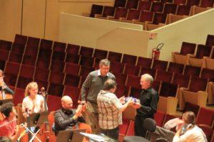 Udo Kasprowicz und Georg Lauer übermitteln den Dank des Städtischen Musikvereins