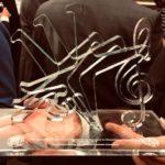 200 Jahre Musikverein: Die schöne Radschläger-Skulptur mit Widmung des Oberbürgermeisters Thomas Geisel, eingerahmt vom Stadtwappen und dem Musikvereinswappen