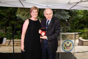 Deborah Rutter und Adam Fischer mit der Gold Medal in the Arts