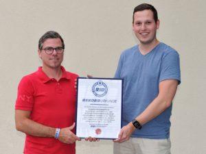 Die Projektleiter Lukas Ziemann (r.) und Alexander Schilling mit RID-Urkunde. (Fotocredit: MaJo-Foto).