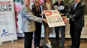 Die Paten der Bürgerstiftung für Düsseldorf setzt ein Zeichen zusammen mit der Vorsitzenden Sabine Tüllmann