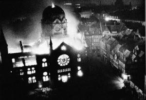 Die große Düsseldorfer Synagoge an der Kasernenstraße brennend in der Nacht vom 9. auf den 10. November 1938