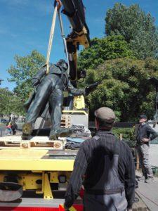 Mendelssohn-Denkmal: Kunstgießer Rolf Kayser überwacht den Abtransport des Denkmals am 5.5.2020