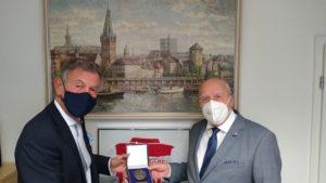Aus der Hand von Baas Wolfgang Rolshoven erhält Manfred Hill die Stadtplakette der Düsseldorfer Jonges am 23.10.2020