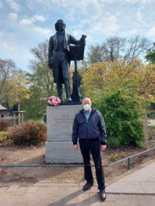 29.4.2021 Manfred Hill am renovierten Denkmal